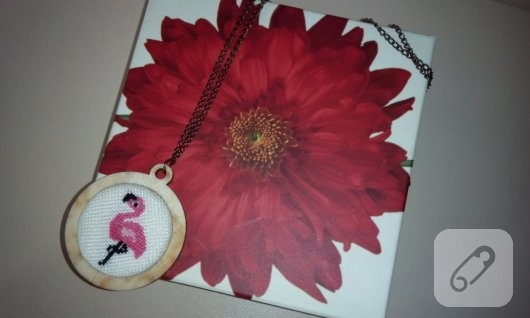 kanavice-flamingo-islemeli-kolye-modelleri