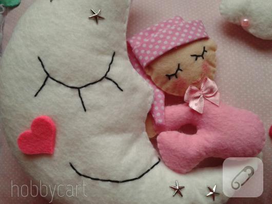 keceden-aydede-ve-uyuyan-bebek-suslemeli-taki-yastigi-modeli-4