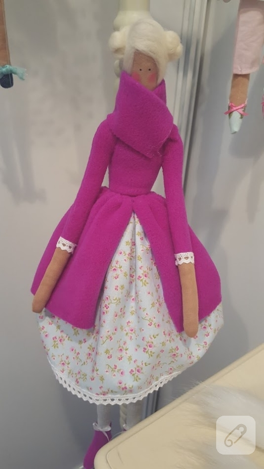 pembe-paltolu-cicekli-etekli-tilda-bebek