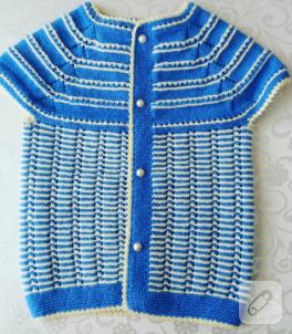 mavi-beyaz-desenli-dugmeli-orgu-bebek-yelegi