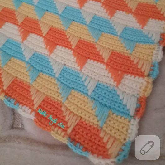 yumusak-renklerde-orgu-bebek-battaniyesi-modeli