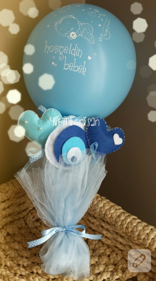 mavi-keceden-nazar-boncugu-ve-balon-suslemeli-erkek-bebek-hosgeldin-buketi
