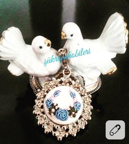 rokoko-islemeli-mavi-cicekli-kolye