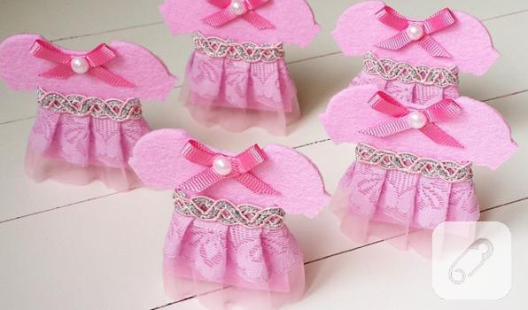 pembe-keceli-dantelli-elbise-seklinde-magnet-bebek-sekeri