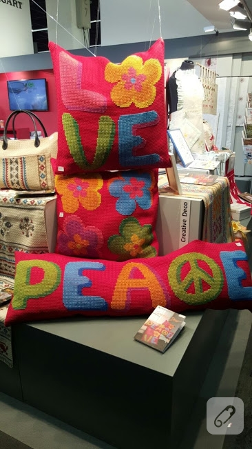 tig-isi-orgu-love-peace-yazili-yastiklar