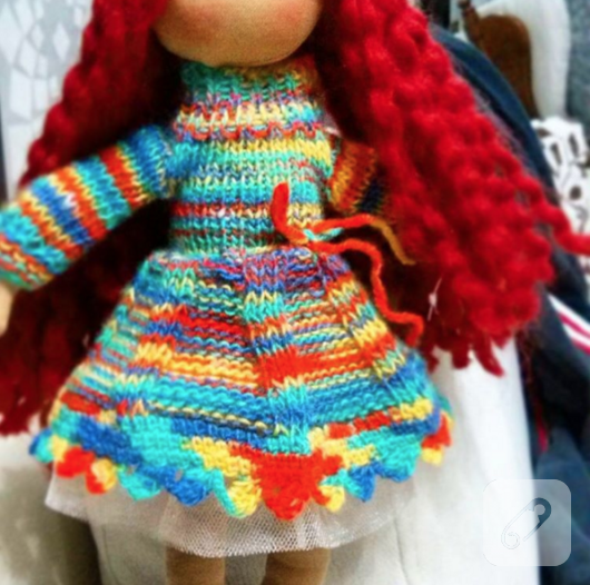 orgu-elbiseli-kirmizi-sacli-bez-bebek-oyuncak