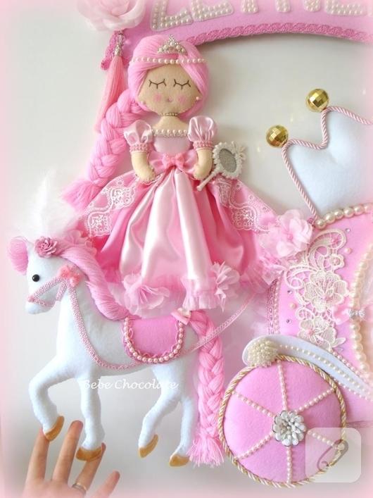 pembe-keceden-balkabagi-prensesli-bebek-odasi-kapi-susu-modelleri-2