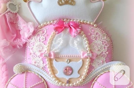 pembe-keceden-balkabagi-prensesli-bebek-odasi-kapi-susu-modelleri-4