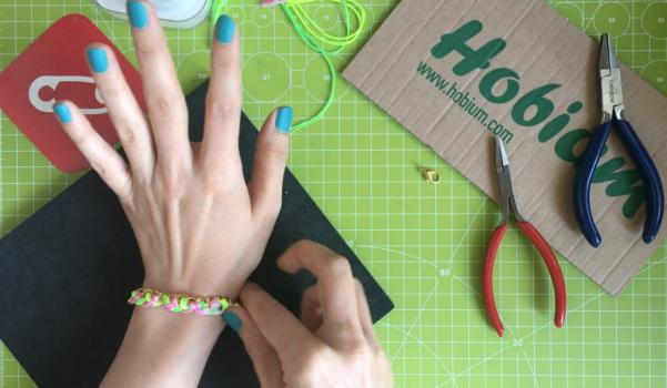 Video: Zincir örgü neon bileklik nasıl yapılır?